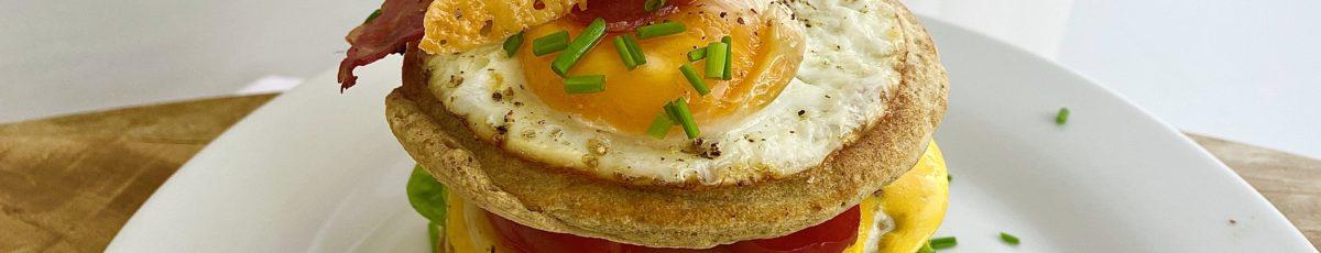 Slané snídaňové pankejky s čedarovým chipsem
